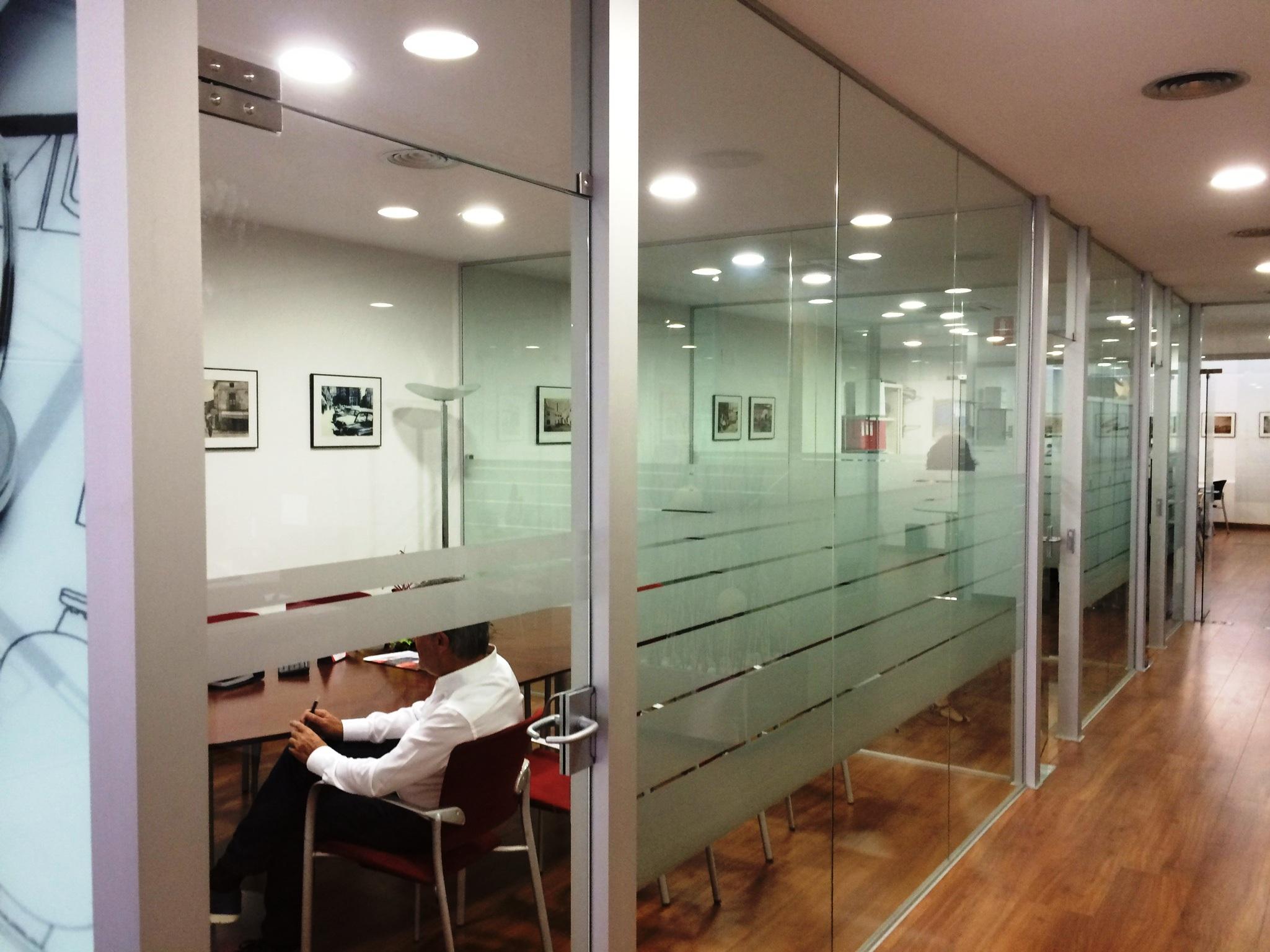 Divisiones en vidrio molalum for Divisiones de oficina